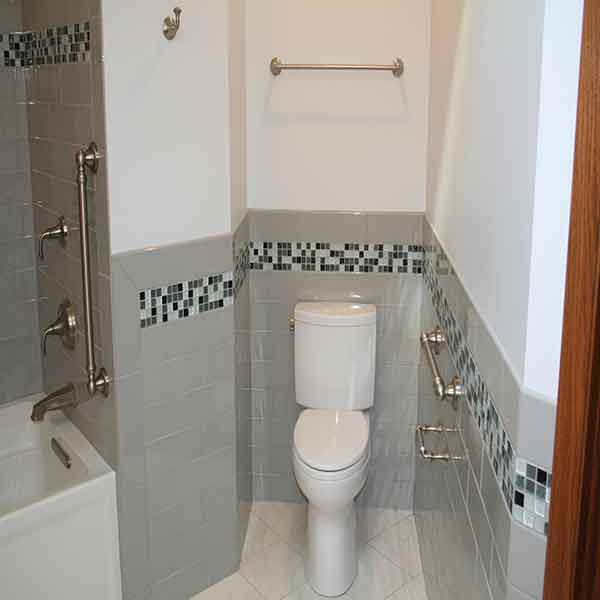 Simple tile design around toilet and bathtub